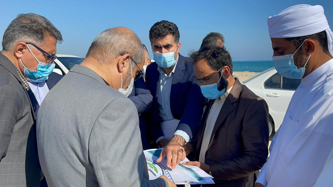 حمیدرضا مومنی  از محل احداث کمپ پارک ساحلی و سایت ورزشی روستای مسن قشم بازدید کرد