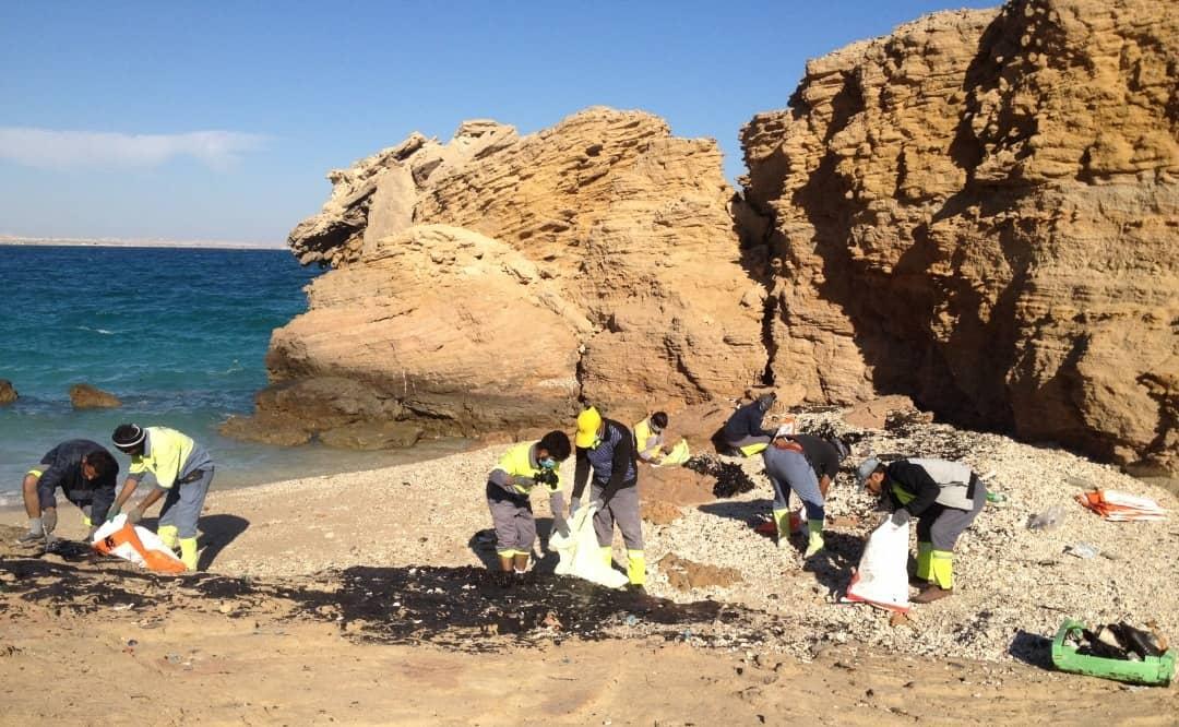 پاکسازی ساحل خنیزی جزیره هنگام از لکههای نفتی