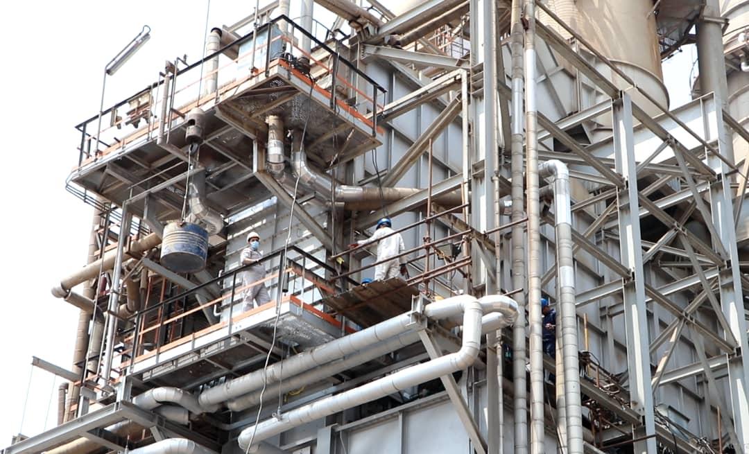 تعمیرات کوره در حال فعالیت به دست متخصصان شرکت پالایش نفت بندرعباس
